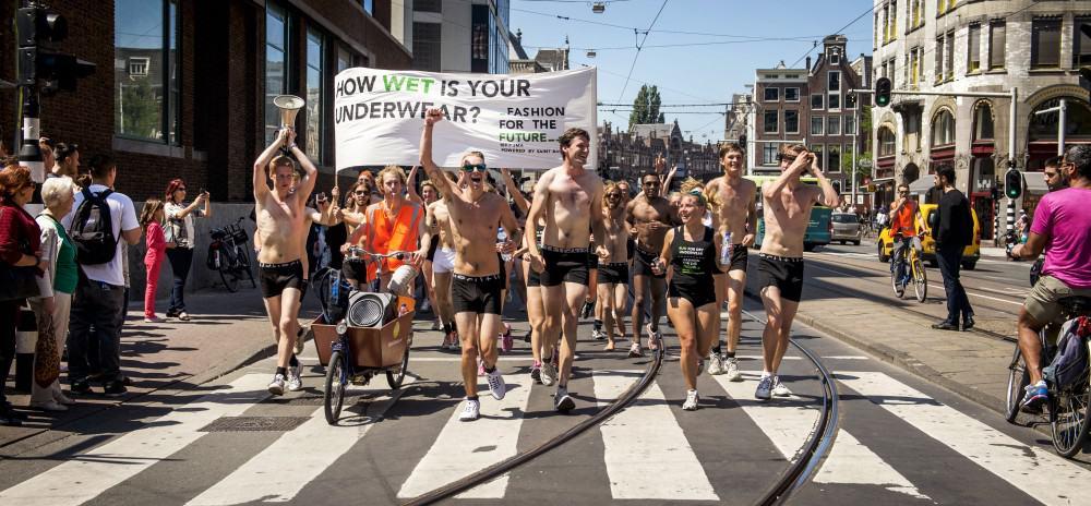 AMSTERDAM - Deelnemers aan de Underwear Run rennen door het centrum van Amsterdam. Zij protesteren tegen de onnodige hoeveelheid water die in de katoenteelt wordt verbruikt voor onze kleding en om te laten zien dat daarvoor alternatieven zijn. ANP REMKO DE WAAL